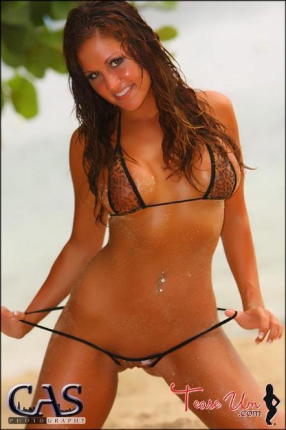 Nicole Mast sexy in leopard bikini pic
