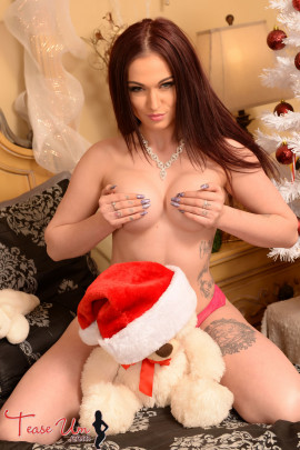 naked teaseum model Scarlet holiday pics
